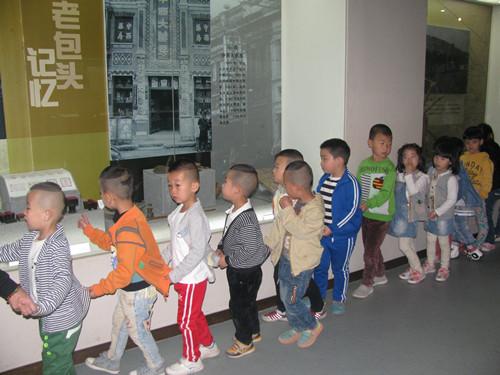 """幼儿园小朋友在老师的陪同下参观""""老包头记忆""""展"""